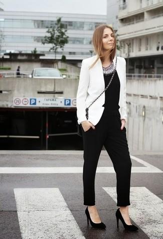43fc9e6013ba Cómo combinar un mono negro con un blazer blanco (3 looks de moda ...