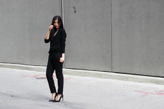 Combinar un collar plateado: Elige por la comodidad con una camiseta de manga larga negra y un collar plateado. Zapatos de tacón de cuero negros son una opción estupenda para completar este atuendo.