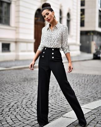 Cómo combinar: pendientes dorados, zapatos de tacón de cuero negros, pantalones anchos negros, camisa de vestir estampada en blanco y negro