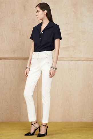 Cómo combinar: pulsera plateada, zapatos de tacón de cuero negros, pantalones pitillo blancos, camisa polo azul marino