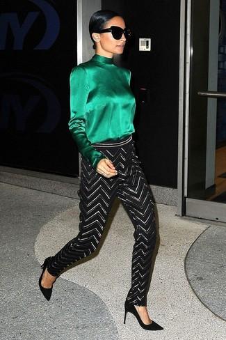 Cómo combinar: gafas de sol negras, zapatos de tacón de ante negros, pantalones pitillo en zig zag en negro y blanco, blusa de manga larga de seda verde