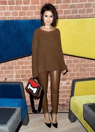 Cómo combinar: bolso de hombre de cuero en multicolor, zapatos de tacón de ante negros, pantalones pitillo de cuero marrónes, jersey oversized de punto marrón