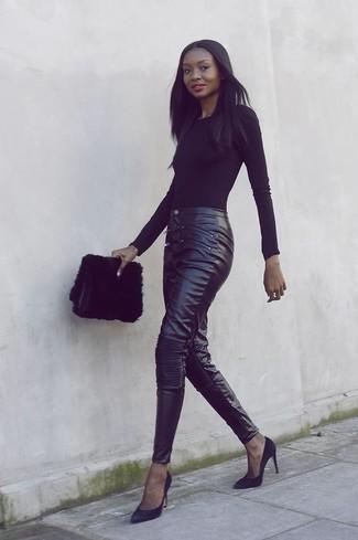 Cómo combinar: cartera sobre de pelo negra, zapatos de tacón de ante negros, pantalones pitillo de cuero negros, camiseta de manga larga negra
