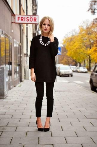 Unos pantalones pitillo de vestir con una túnica en negro y blanco: Casa una túnica en negro y blanco con unos pantalones pitillo para una vestimenta cómoda que queda muy bien junta. Zapatos de tacón de cuero negros son una opción inmejorable para completar este atuendo.
