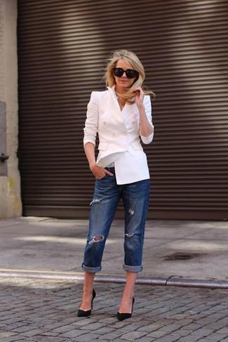 Cómo combinar: gafas de sol negras, zapatos de tacón de ante negros, vaqueros boyfriend desgastados azul marino, blazer cruzado blanco