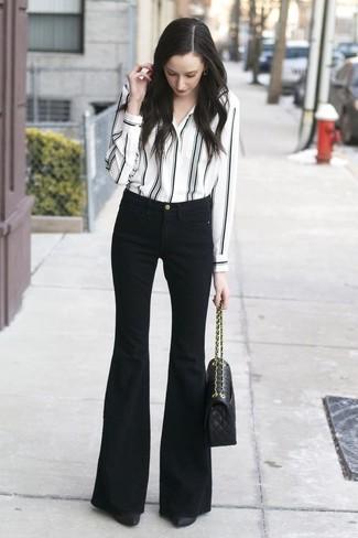 Cómo combinar: bolso de hombre de cuero acolchado negro, zapatos de tacón de cuero negros, vaqueros de campana negros, camisa de vestir de rayas verticales en blanco y negro