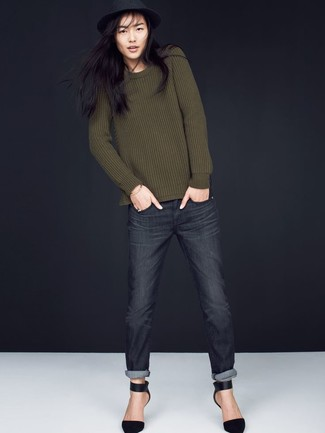 Cómo combinar: sombrero de lana negro, zapatos de tacón de ante negros, vaqueros en gris oscuro, jersey con cuello circular verde oliva
