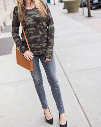 Cómo combinar: bolso bandolera de cuero marrón claro, zapatos de tacón de ante negros, vaqueros grises, jersey con cuello circular de camuflaje verde oliva