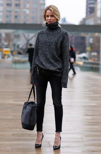 Cómo combinar: bolsa tote de lona azul marino, zapatos de tacón de cuero negros, vaqueros pitillo negros, jersey de cuello alto de lana en gris oscuro
