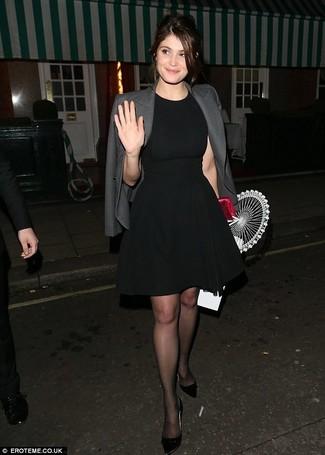 Cómo combinar: cartera sobre de satén roja, zapatos de tacón de cuero negros, vestido de vuelo negro, blazer gris