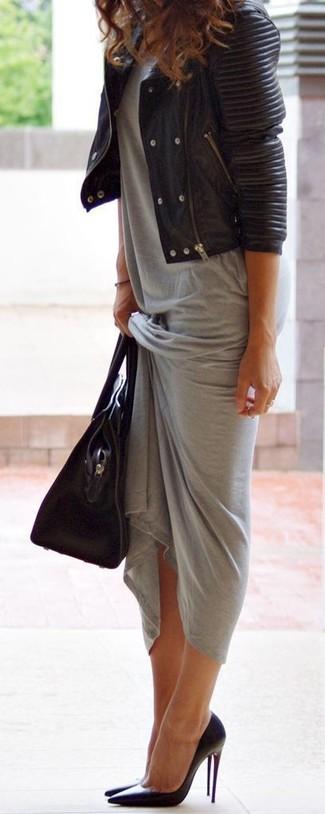 Cómo combinar: bolsa tote de cuero negra, zapatos de tacón de cuero negros, vestido largo gris, chaqueta motera de cuero acolchada negra