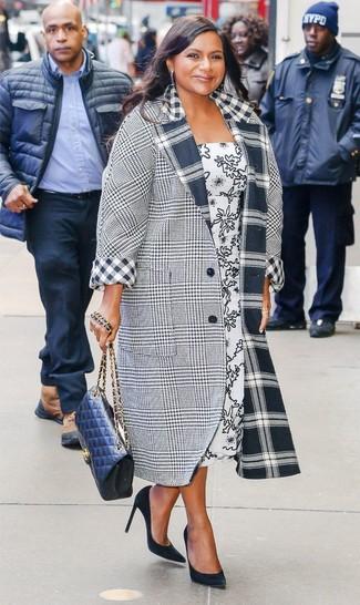 Combinar un abrigo de tartán gris estilo casual elegante: Para seguir las tendencias usa un abrigo de tartán gris y un vestido midi estampado en blanco y negro. Zapatos de tacón de ante negros son una opción buena para completar este atuendo.