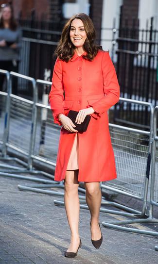Look de Kate Middleton: Cartera sobre de ante negra, Zapatos de tacón de ante negros, Vestido tubo rosado, Abrigo rojo