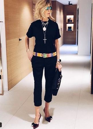 Cómo combinar: cartera sobre de ante con adornos negra, zapatos de tacón de cuero burdeos, pantalón capri negro, camiseta con cuello circular negra