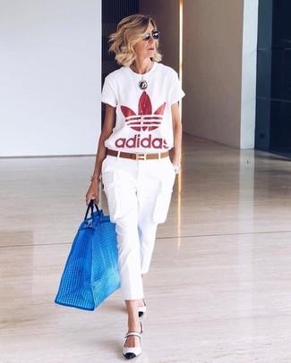 Cómo combinar: correa de cuero marrón, zapatos de tacón de cuero en blanco y negro, pantalón cargo blanco, camiseta con cuello circular estampada en blanco y rojo