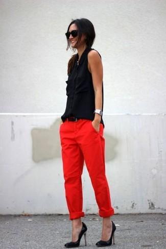 Combinar unos zapatos de tacón de cuero negros: Considera emparejar una camisa sin mangas de seda negra con un pantalón chino rojo y te verás como todo un bombón. Complementa tu atuendo con zapatos de tacón de cuero negros.