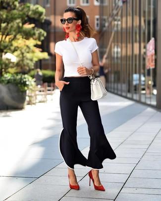 Combinar unos zapatos de tacón de ante rojos: Utiliza una camiseta con cuello circular blanca y un pantalón de campana negro para una vestimenta cómoda que queda muy bien junta. Zapatos de tacón de ante rojos son una opción estupenda para completar este atuendo.