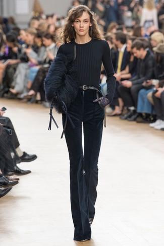 Cómo combinar: cartera sobre de pelo negra, zapatos de tacón de cuero negros, pantalón de campana de pana azul marino, jersey con cuello circular negro
