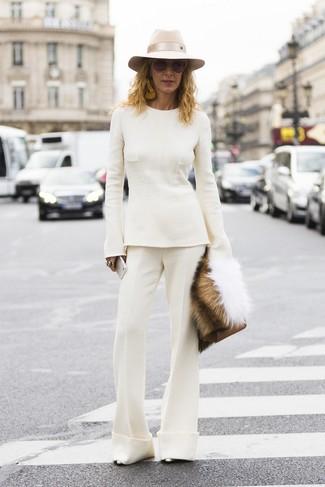 Cómo combinar: cartera sobre de cuero marrón, zapatos de tacón de cuero plateados, pantalón de campana blanco, jersey con cuello circular blanco