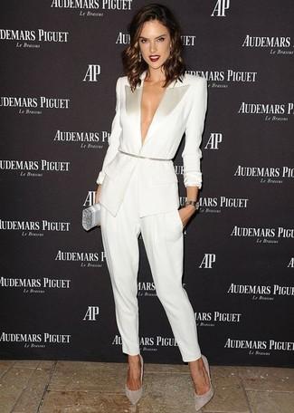 Cómo combinar: cartera sobre plateada, zapatos de tacón de ante grises, pantalón de pinzas blanco, blazer blanco