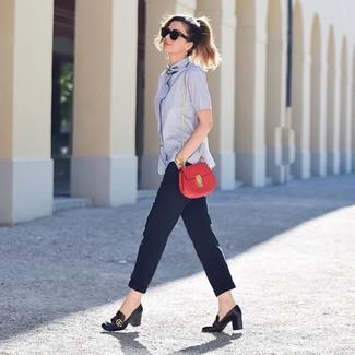 Combinar un bolso bandolera de cuero rojo: Una camisa de manga corta celeste y un bolso bandolera de cuero rojo son una opción buena para el fin de semana. Zapatos de tacón de cuero negros son una opción práctica para complementar tu atuendo.