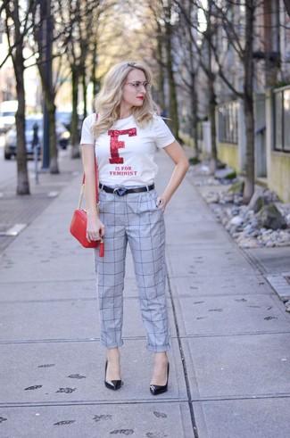 Cómo combinar: bolso bandolera de cuero rojo, zapatos de tacón de cuero negros, pantalón de pinzas a cuadros gris, camiseta con cuello circular estampada en blanco y rojo