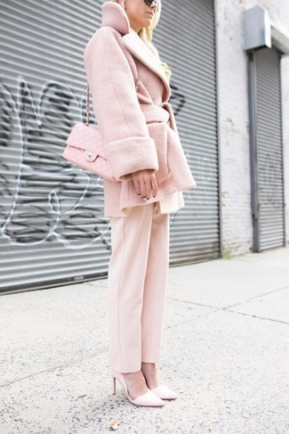 Cómo combinar: bolso bandolera de cuero acolchado rosado, zapatos de tacón de cuero rosados, pantalón de vestir rosado, abrigo rosado