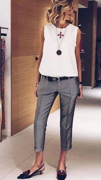 Cómo combinar: correa de cuero negra, zapatos de tacón de cuero negros, pantalón de vestir gris, blusa sin mangas blanca
