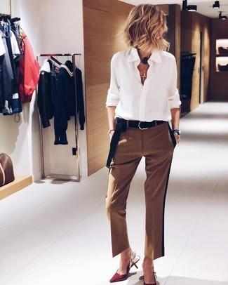 Cómo combinar: correa de ante negra, zapatos de tacón de cuero rojos, pantalón de vestir marrón, camisa de vestir de gasa blanca