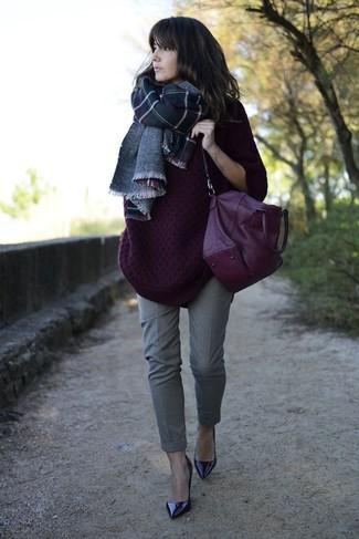 Cómo combinar: bolso de hombre de cuero morado, zapatos de tacón de cuero morado oscuro, pantalón de vestir gris, jersey oversized de punto morado oscuro