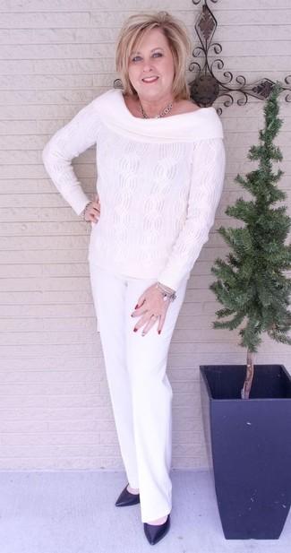 Cómo combinar: collar plateado, zapatos de tacón de cuero negros, pantalón de vestir blanco, top con hombros descubiertos de punto blanco