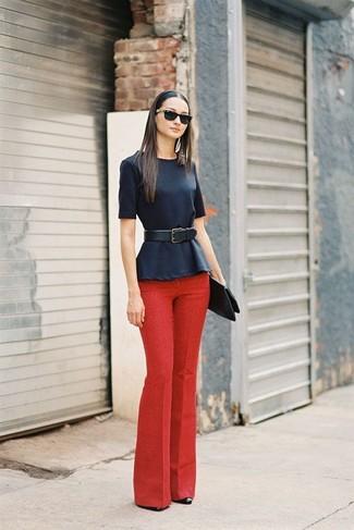 Cómo combinar un pantalón de vestir rojo con unos zapatos de tacón de cuero  negros 93ee51505e13