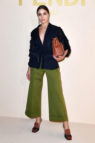 Cómo combinar: bolsa tote de cuero en tabaco, zapatos de tacón de lona en tabaco, pantalones anchos verde oliva, blazer azul marino