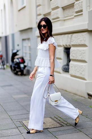 Cómo combinar: bolso bandolera de cuero blanco, zapatos de tacón de cuero en beige, pantalones anchos blancos, blusa de manga corta de encaje con volante blanca