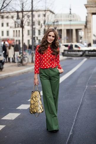 Combinar unos pantalones anchos verde oscuro: Si buscas un look en tendencia pero clásico, intenta combinar una blusa de manga larga a lunares roja junto a unos pantalones anchos verde oscuro. Zapatos de tacón de ante negros son una opción práctica para completar este atuendo.