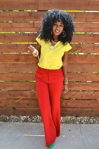 Cómo combinar: pulsera dorada, zapatos de tacón de ante verdes, pantalones anchos rojos, camisa de manga corta amarilla