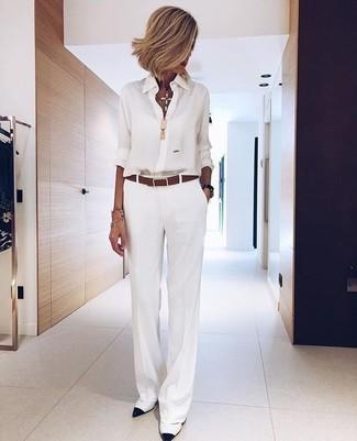 Cómo combinar: correa de cuero marrón, zapatos de tacón de cuero en blanco y negro, pantalones anchos blancos, camisa de vestir de gasa blanca