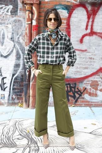 Cómo combinar: bufanda de seda estampada en verde menta, zapatos de tacón de ante con adornos grises, pantalones anchos verde oliva, camisa de vestir de tartán verde oscuro