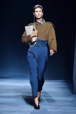 Cómo combinar: cartera sobre de cuero blanca, zapatos de tacón de cuero negros, pantalones anchos azules, camisa de vestir verde oliva