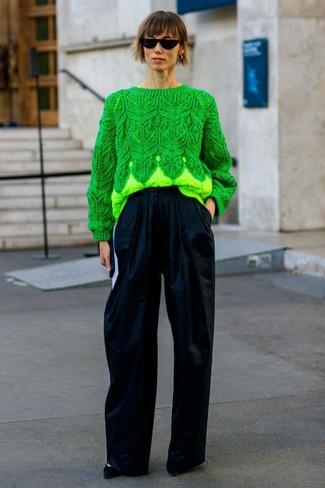 Cómo combinar: gafas de sol negras, zapatos de tacón de ante negros, pantalones anchos azul marino, jersey de ochos verde