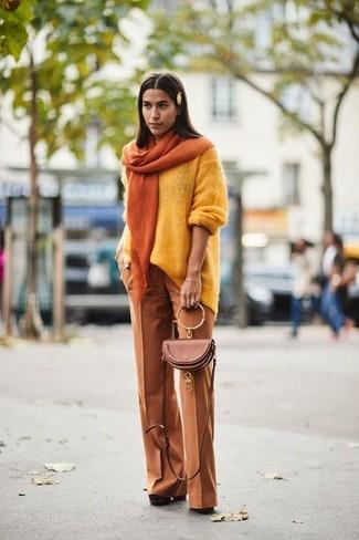 Cómo combinar: bolso bandolera de cuero marrón, zapatos de tacón de ante gruesos marrónes, pantalones anchos en tabaco, jersey oversized amarillo