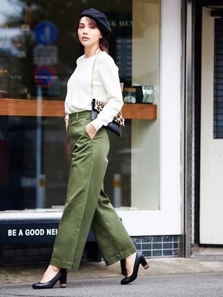 Cómo combinar: bolso bandolera de pelo de becerro de leopardo en negro y marrón claro, zapatos de tacón de cuero negros, pantalones anchos verde oliva, sudadera blanca