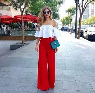 Cómo combinar: bolso bandolera de cuero en verde azulado, zapatos de tacón de cuero rojos, pantalones anchos rojos, top con hombros descubiertos blanco