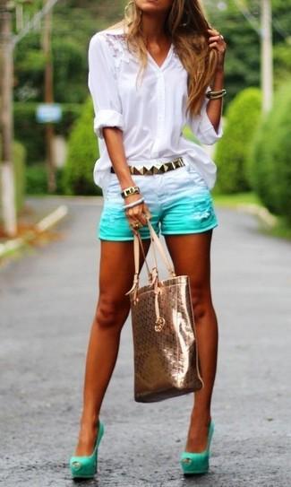 Combinar unos zapatos de tacón de ante en verde menta: Opta por una blusa de botones de encaje blanca y unos pantalones cortos vaqueros en verde menta para lidiar sin esfuerzo con lo que sea que te traiga el día. Zapatos de tacón de ante en verde menta son una opción inmejorable para completar este atuendo.