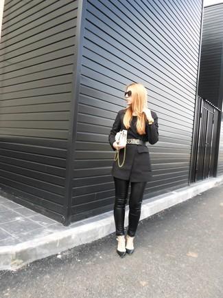 Cómo combinar: bolso bandolera de cuero blanco, zapatos de tacón de cuero con tachuelas negros, pantalones pitillo de cuero negros, blazer negro