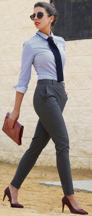 Combinar una corbata: Para un atuendo tan cómodo como tu sillón ponte una camisa de vestir de rayas verticales en blanco y azul marino y una corbata. Zapatos de tacón de cuero burdeos son una opción grandiosa para complementar tu atuendo.