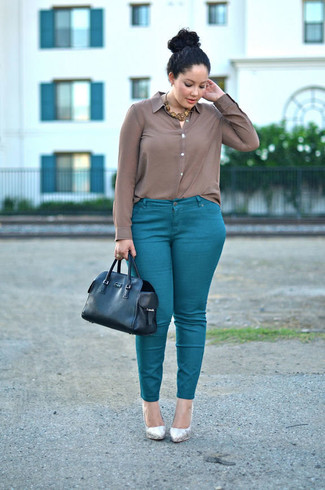 Combinar unos zapatos de tacón de cuero plateados: Si buscas un look en tendencia pero clásico, elige una camisa de vestir de seda marrón y unos pantalones pitillo en verde azulado. Completa el look con zapatos de tacón de cuero plateados.