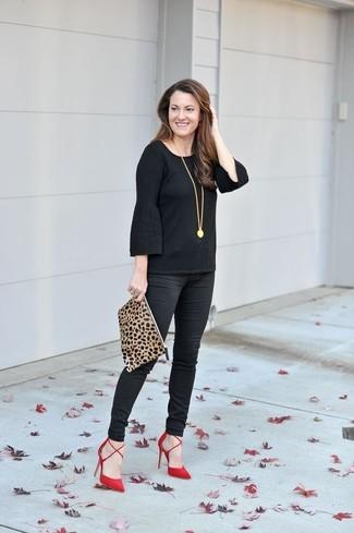 Cómo combinar: cartera sobre de ante de leopardo marrón claro, zapatos de tacón de ante rojos, pantalones pitillo negros, camiseta de manga larga con volante negra