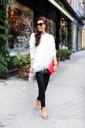 Cómo combinar: cartera sobre de cuero roja, zapatos de tacón de cuero de leopardo en beige, pantalones pitillo de cuero negros, jersey con cuello circular de plumas blanco