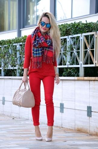 Cómo combinar: bolsa tote de cuero en beige, zapatos de tacón de cuero en beige, pantalones pitillo rojos, jersey de ochos rojo